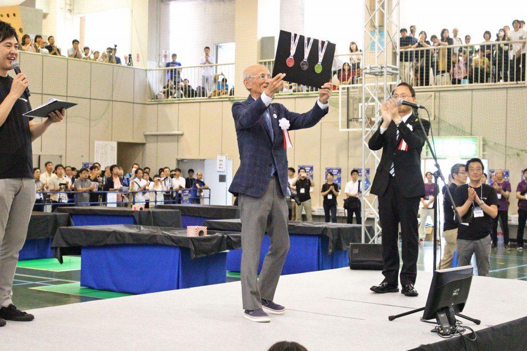 金沢市長より参加証メダル授与(2018金沢)